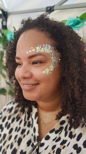 Vrouw met festival make up op haar gezicht. Ze heeft eerst de party agenda gecheckt en kwam toen naar Proud to be fout
