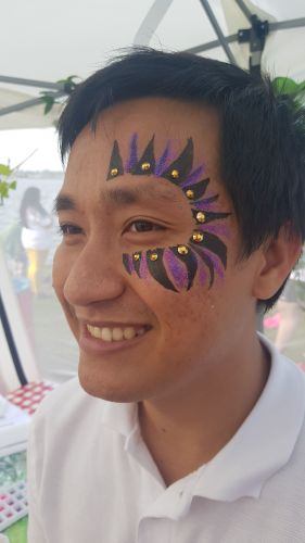 Man met Face paint, glitter en jewels, de ultieme festival look is compleet