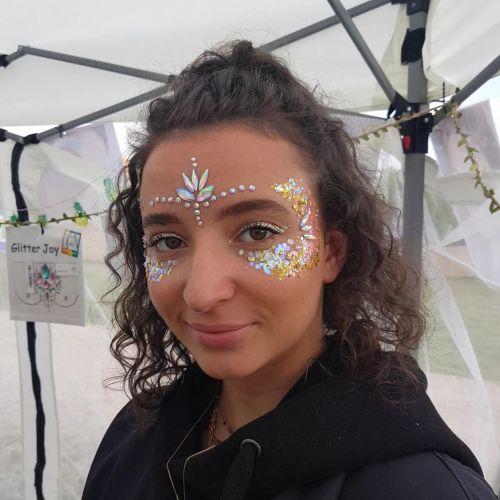 Festival girl met Face Jewels en Biodegradable glitter op haar gezicht tijdens Lentecircus Festival van Vunzige Deuntjes in Leiden