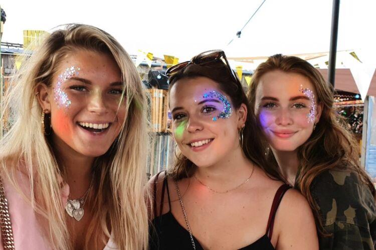 Blije klanten van Get Sparkled met mooie glitter op hun gezicht tijdens evenement zoals Vasteloavend, vasteloavend festival, pukkelpop, elrow, strandfestival zand, psy-fi, duikboot festival, onder de radar festival, soenda festival, wooferland, tomorrowland, het kruikenstrand, a state of trance, asot