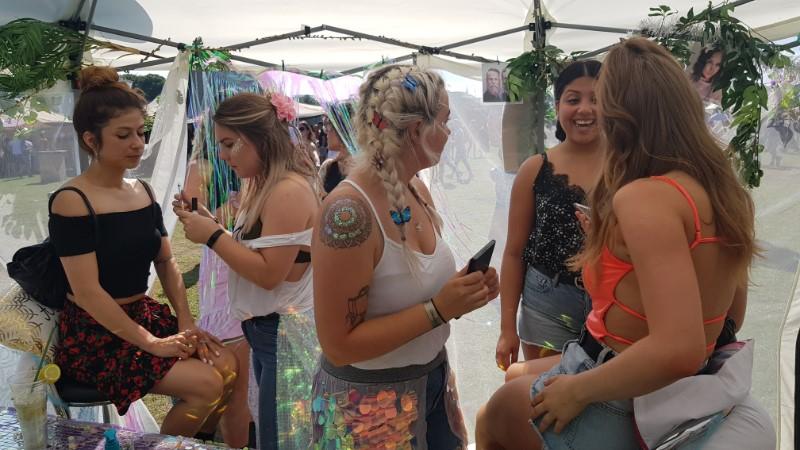 Glitteren en de glitterdienst tijdens zomerpop, delicious festival, dgtl, legacy festival, lief festival, qmusic the party, fout, total loss festival, valtifest, appelpop, heaven open air, draaimolen festival