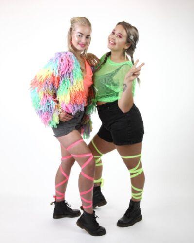 90's now baby! Neon festival outfit met visnet top en beenwraps gecombineerd met neonglitter die licht geeft onder blacklight lampen!