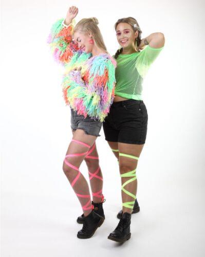 Proud to be fout! Neon festival outfit met visnet top en beenwraps gecombineerd met neonglitter die licht geeft onder blacklight lampen!